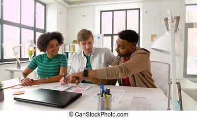 bureau, projection, montre, collègues, intelligent, homme