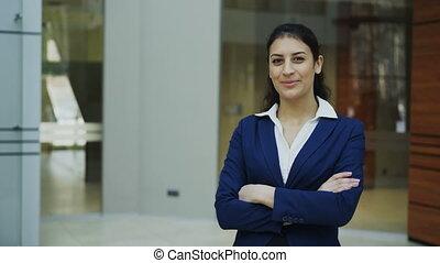 bureau, réussi, femme affaires, moderne, regarder, appareil photo, portrait, sourire