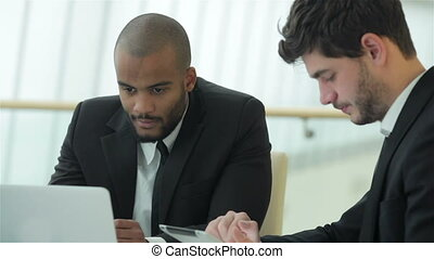 bureau, réussi, travail, deux, concentré, homme affaires