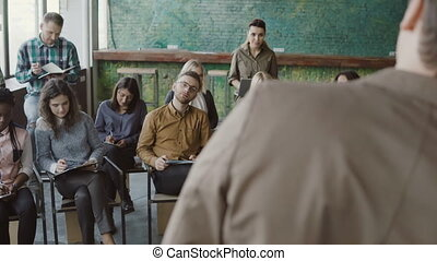 bureau, séance, gens., moderne, jeune, multiracial, conversation, écoute, équipe, salle réunion, homme affaires, speaker.