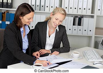bureau, séance, jeune, confiant, bureau, femmes affaires