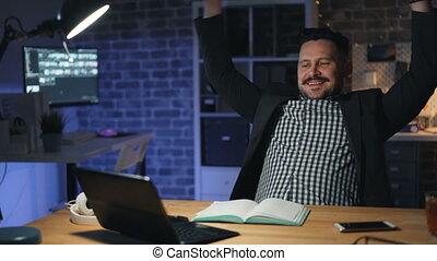 bureau, séance, ordinateur portable, travail, ouvrier, chaise, nuit, sourire, finir, heureux