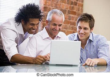 bureau, séance, ordinateur portable, trois, hommes affaires, sourire