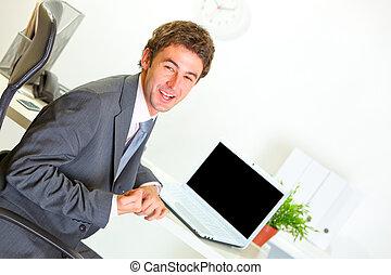 bureau, séance, projection, moderne, bureau, homme affaires, oui, content, geste