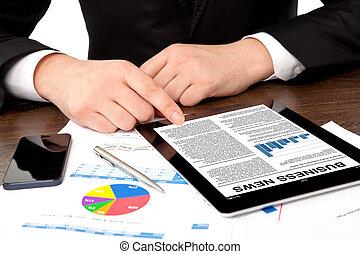 bureau, tablette, regarder, ordinateur gestion, homme affaires, table, nouvelles