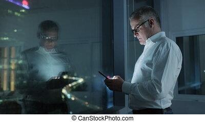 bureau, texte, nuit, téléphone, dactylographie, homme affaires, message