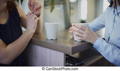 bureau, thé, intérieur, haut, deux mains, bureau-ouvriers, fin, boire