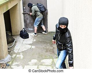 burglary., um, assaltante, tries, abertos, a, door.,...