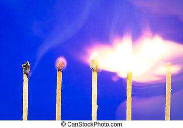 burnning, match, sæt, på, blå baggrund, by, ideer, og, inspirat