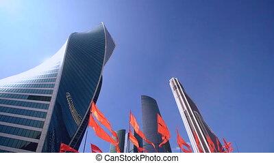 busineess, gratte-ciel, district, moscou, onduler, drapeaux, intrenational, rouges