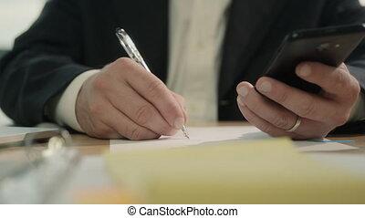 business, écriture, téléphone, stylo, tenant mains, homme