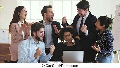 business, célébrer, reussite, excité, divers, équipe, gens, heureux, ligne