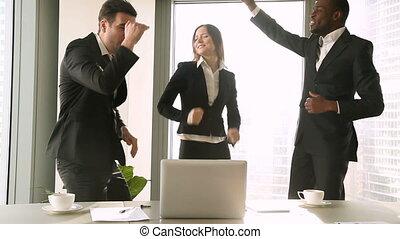 business, danse, gens, trois, célébrer, lieu travail, victoire, excité
