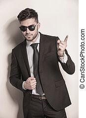 business, doigt indique, homme, sien, lunettes soleil