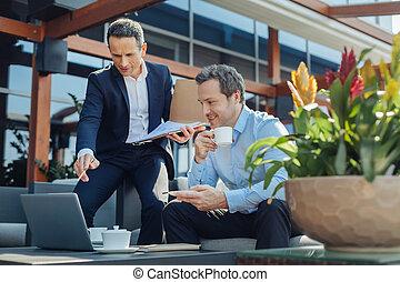 business, enchanté, écoute, homme affaires, associé, joyeux