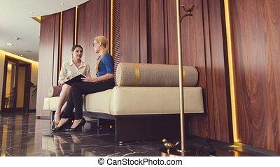 business, femmes affaires, agréable, discuter, salle, questions