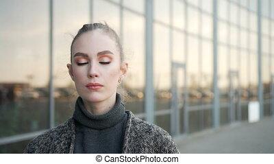 business, fonctionnement, femme affaires, moderne, dehors, regarder, quoique, appareil photo, sourire heureux, centre