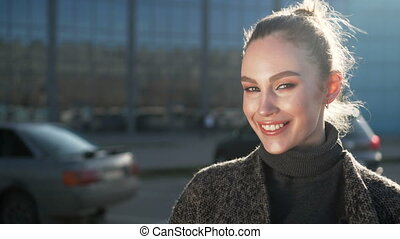 business, fonctionnement, femme affaires, moderne, dehors, sunrise., regarder, quoique, appareil photo, sourire heureux, centre