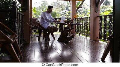 business, fonctionnement, séance, ordinateur portable, dehors, jeune, exotique, informatique, forêt, homme, dactylographie, pendant, type, petit déjeuner, désinvolte, terrasse