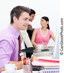 business, groupe, projection, diversité ethnique, dans, bureau