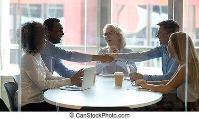 business, main, américain, homme affaires, africaine, associé, sourire, secousse