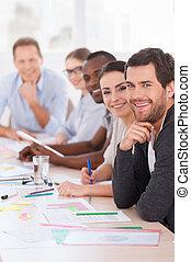 business, meeting., groupe gens affaires, dans, vêtementssport, séance, rang, table, et, sourire, appareil-photo