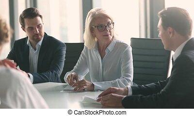 business, moderne, salle réunion, milieu, plomb, réunion, femme, vieilli