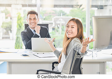 Business negotiations achieve the goals of the goals, and achieve great success. The negotiator turned and sent a signal of success Ready to express their emotions happy rejoice with the support team