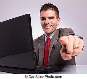 business, ordinateur portable, points, quoique, jeune, derrière, appareil photo, homme souriant