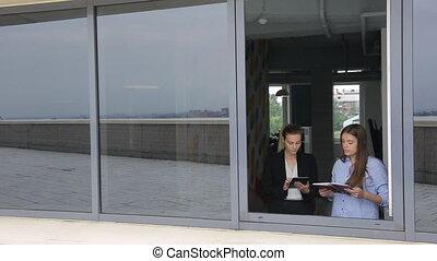 business, ouvert, fenêtre., devant, discuter, questions, femmes