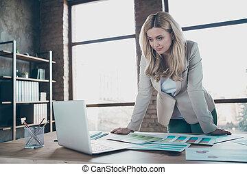 business, photo, séminaire, regarder, cahier, personne, vidéo, pantalon, table, regarder, dame, blonds, bureau, beau, statistiques, formalwear, chef, blazer, ingénieux, papier, moderne