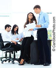 business, -, réunion, dans, bureau, deux, directeurs, are, discuter, a, document