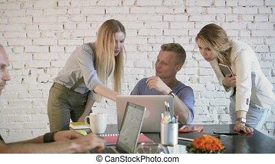 business, séance, discussion, laptop., éditorial, projet, explaning, quelque chose, collègues, équipe, employé, utilisation, table, ordinateur portable