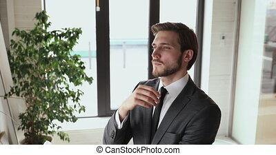 business, sérieux, homme affaires, pensée, debout, défi, bureau