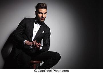 business, smoking, ensemble, noir, assis, tenant mains, homme