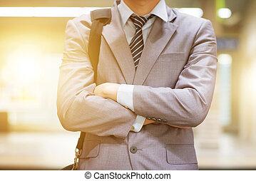 businessman várakozik, kiképez, -ban, állomás, platform.