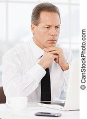 businessman., zijn, hemd, werkende , zittende , draagbare computer, nadenkend, hand, het kijken, terwijl, plek, middelbare leeftijd , vastknopen, kin, vasthouden, man