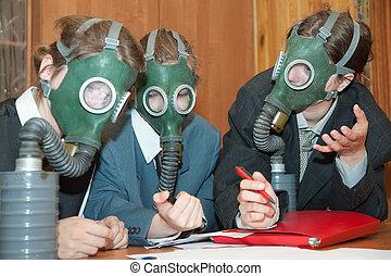 businessmans, 在中, a, 防毒面具