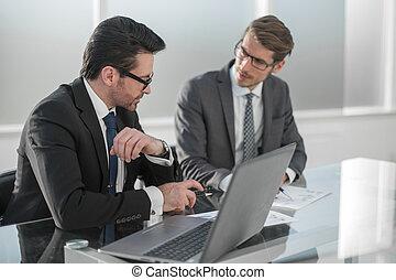 businessmen, бизнес, в течение, discussing, офис, два, встреча