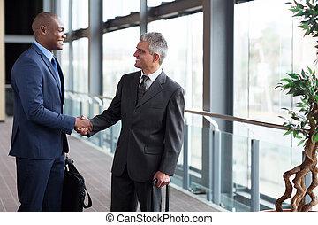 businessmen, встреча, в, аэропорт