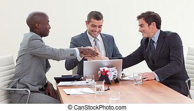 businessmen, портативный компьютер, ищу, встреча, счастливый