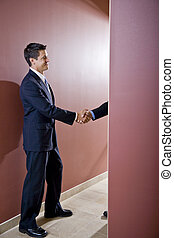 businessmen, reszkető kezezés, alatt, hivatal, folyosó