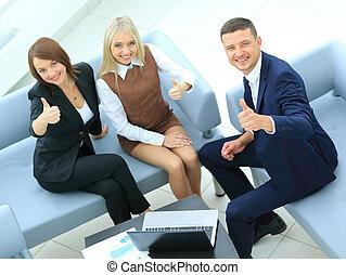 businesspeople, à, ordinateur portable, avoir, réunion, dans, bureau