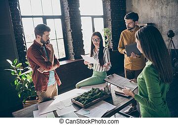 businesspeople , επαγγελματικός , παρείχα τα προσόντα , ρυθμός , ελκυστικός , startup , απασχολημένος , καινοτομία , αυτό , εταιρεία , κουβεντιάζω , workstation , ανώγειο πάτωμα , βιομηχανικός , γραφείο , έμπειρος , εκτοξεύω , καλός , χώρος εργασίας , αυθεντία σε συγκεκριμένο θέμα , εσωτερικός , τέσσερα