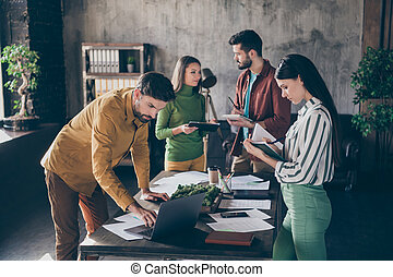 businesspeople , επεξεργάζομαι , ρυθμός , ελκυστικός , startup , καινοτομία , εταιρεία , γλώσσα , στρατηγική , σταθμός εργασίας , ανώγειο πάτωμα , βιομηχανικός , γραφείο , σχέδιο , καλός , στέλεχος , εσωτερικός , τέσσερα , χρηματοδοτώ , διαχειριστής , ακριβής