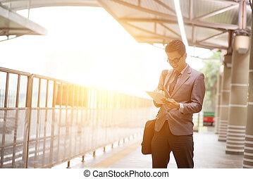 businesspeople, 使うこと, タブレットの pc, 間, 待つこと, train.