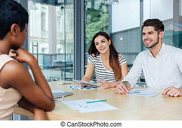 businesspeople, arbejder, ind, kontor, og, diskuter, nye ideer