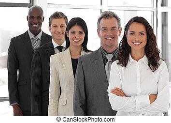 businesspeople, de, diferente, culturas, mirar cámara del...