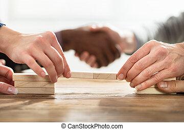 businesspeople, edificio, puente, con, bloques de madera
