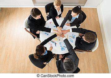 businesspeople, empilhando mãos, junto
